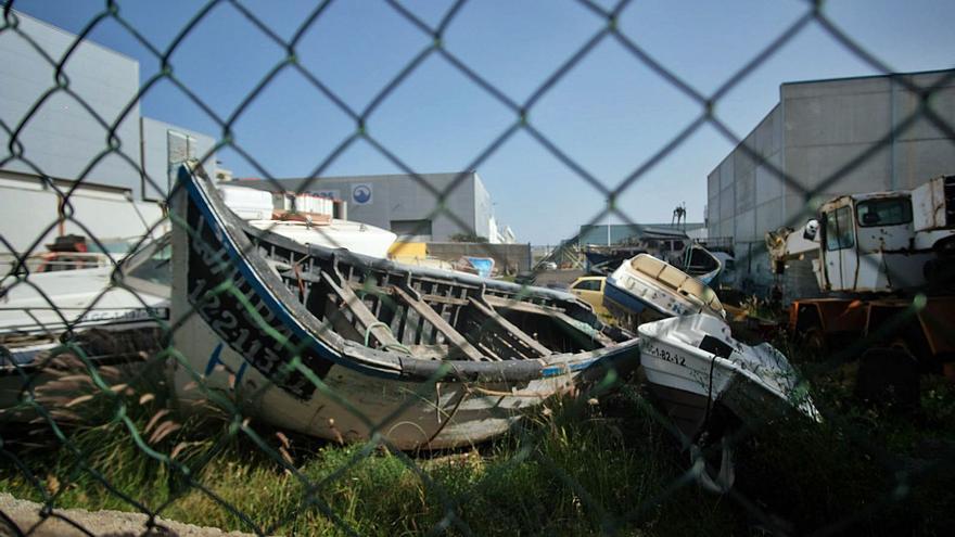 El Puerto desguaza 30 barcos y seis cayucos abandonados en su recinto