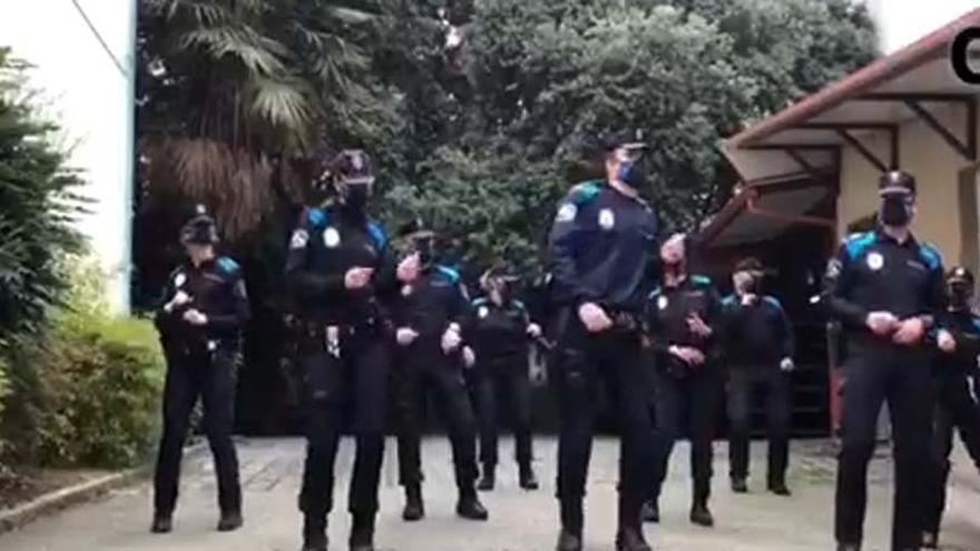 La Policía de A Coruña acepta el reto de los Bomberos y baila contra el cáncer