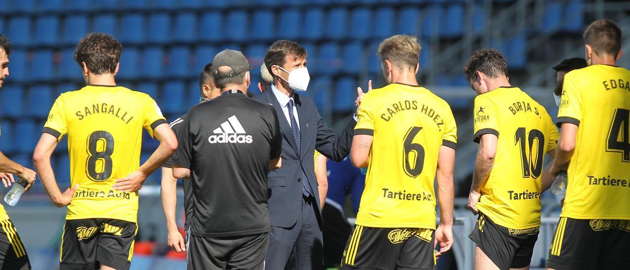 Ziganda habla con los jugadores del Real Oviedo