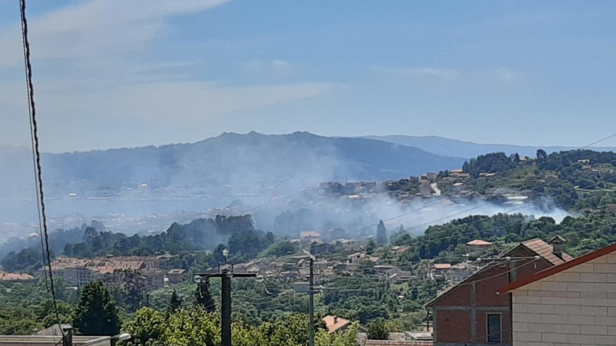 Columna de humo del incendio esta tarde en Moaña.// Fdv