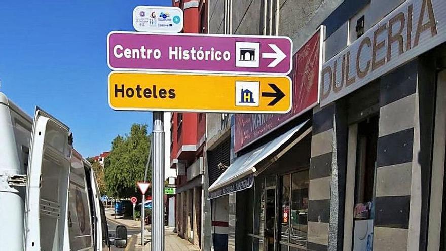 Comienza la renovación de la señalización turística con 10 nuevos paneles verticales