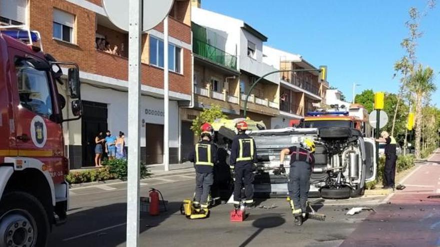 Dos heridos en una aparatosa colisión en la avenida de Plutarco