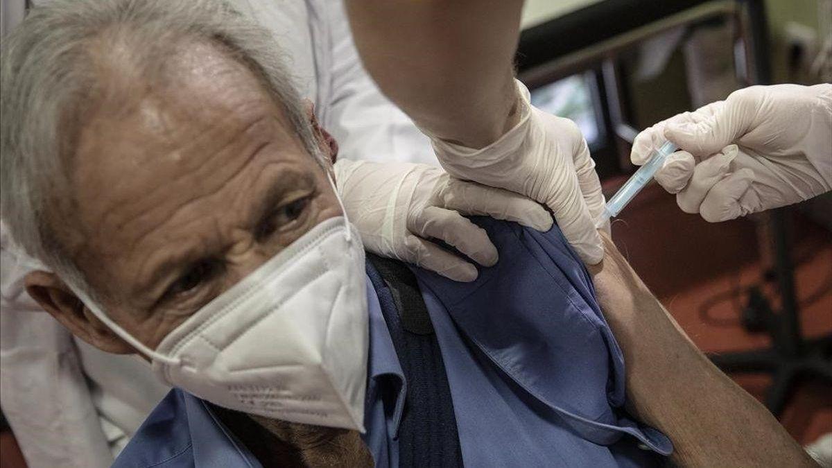 Un usuario, recibiendo la vacuna con la covid-19.