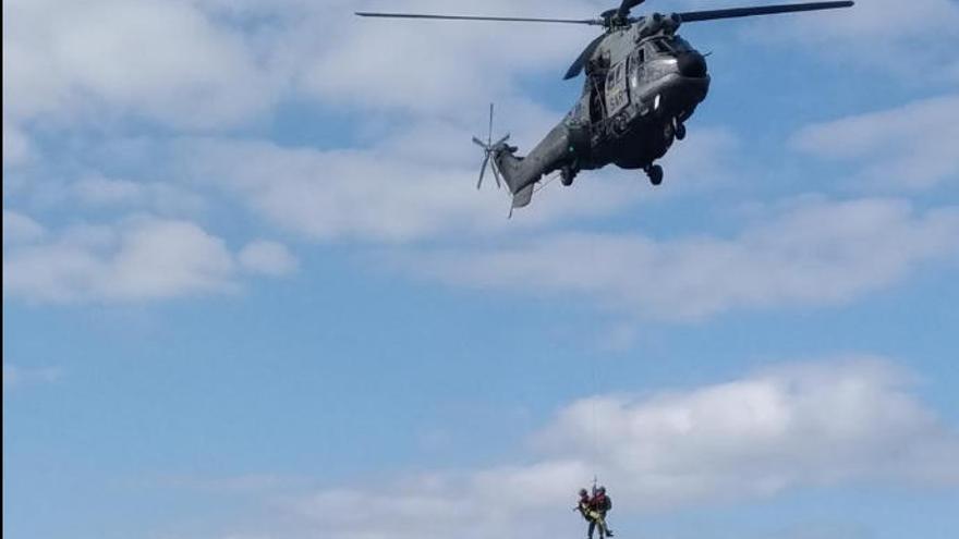 Los buques de la Armada con base en el Arsenal participan en un entrenamiento con helicópteros