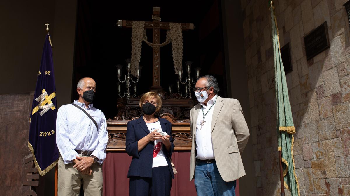 Trini Roncero y José Casas, recogen la cruz de San Miguel.