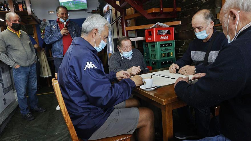 A octavos jugando al dominó: así siguen a Luis Enrique los vecinos de Puerto de Vega