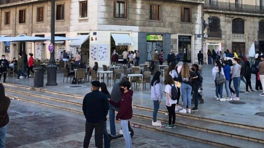 Centenars de persones fan cua per comprar gofres fàl·lics a València