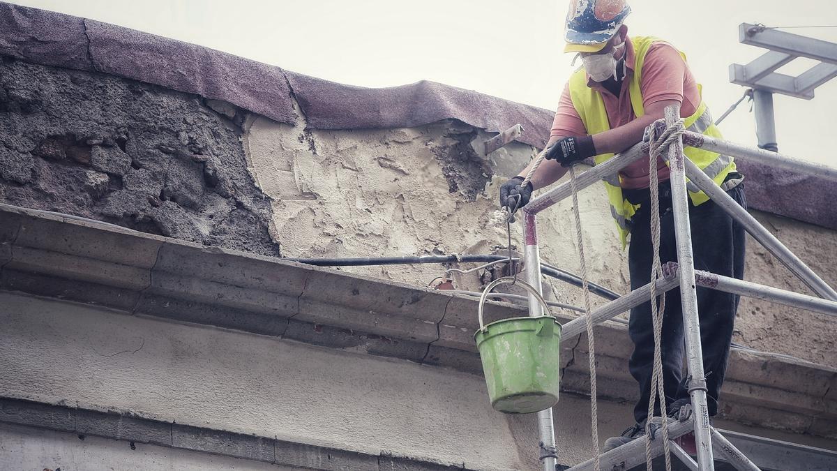 Un trabajador de la construcción en una obra.