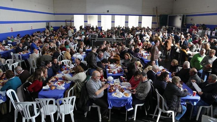 Cientos de personas degustan el tradicional guiso de pavo con fideos