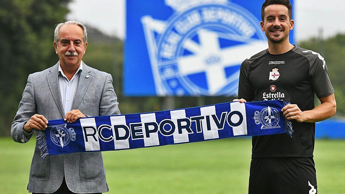 Antonio Couceiro y Rafa de Vicente, ayer en su presentación como jugador del Dépor. |  // CASTELEIRO/ROLLER AGENCIA