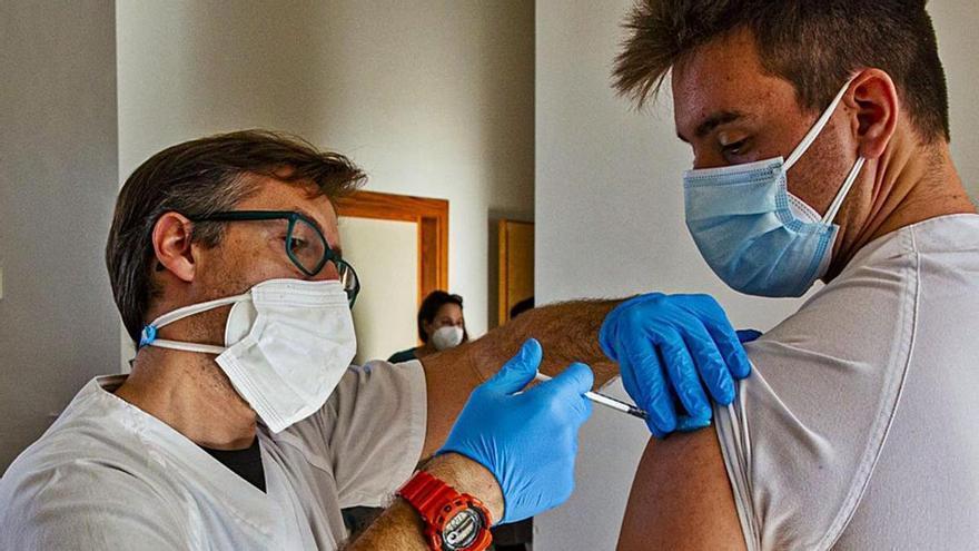 Los últimos estudios apuntan a que vacunarse tras pasar el covid da inmunidad permanente