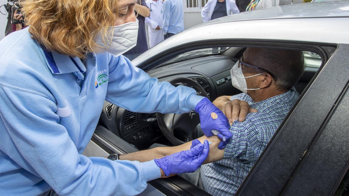 Vacunación masiva con la vacuna de Janssen en el centro de salud de El Torrejón de Huelva.