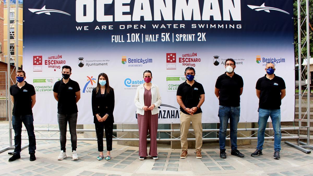 La diputada de Deportes, Tania Baños, presidió la presentación de esta primera edición de la travesía a nado.
