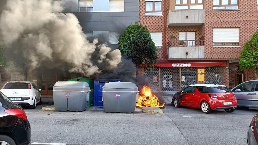 Arde un contenedor de reciclaje en la calle Baleares