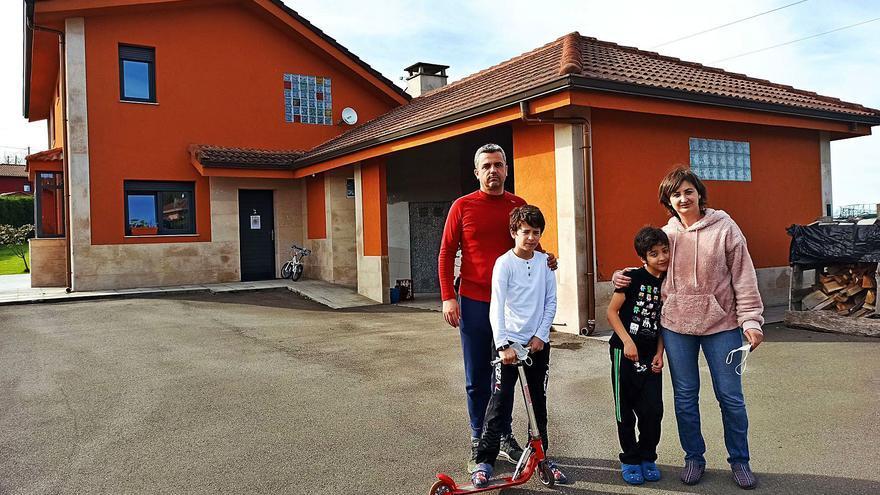 """El pueblo que no deja de recibir nuevos vecinos: """"El sitio es estratégico, de la puerta de casa a Gijón son diez minutos y Oviedo está al lado"""""""
