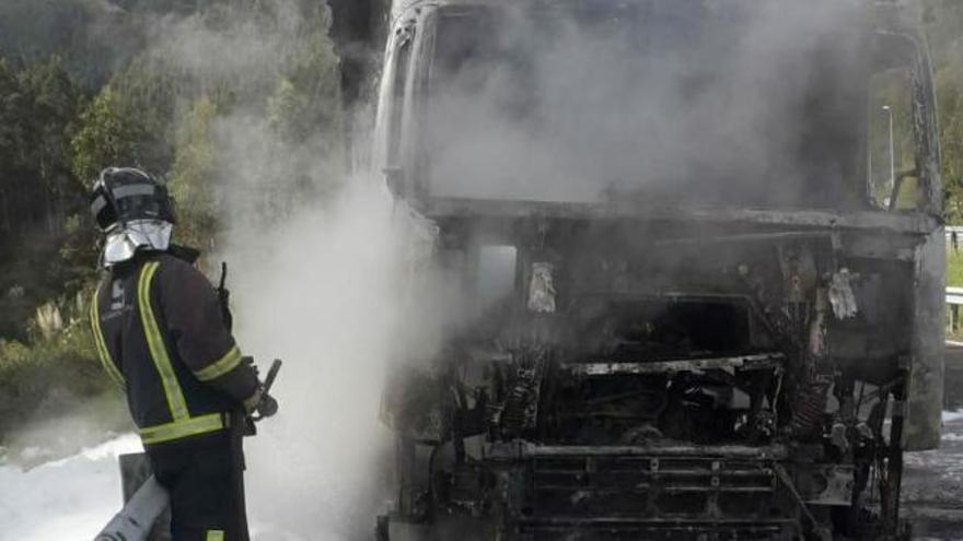 Arde un camión en la autovía en Ribadesella