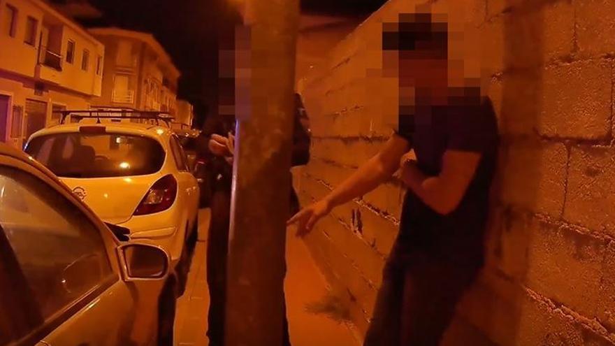Intenta sacar por la fuerza de su coche a una mujer en Alhama para robarle