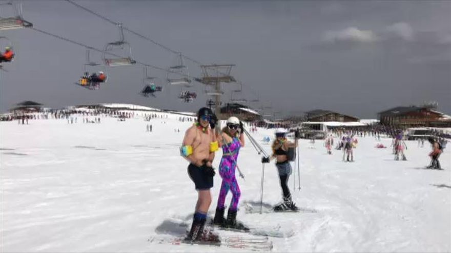 Esquiadores que bajan Sierra Nevada... ¡en bañador!