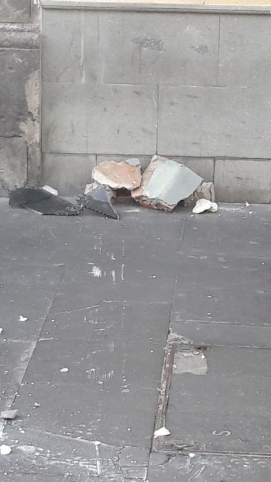 Caen trozos de  la fachada de un edificio de Triana