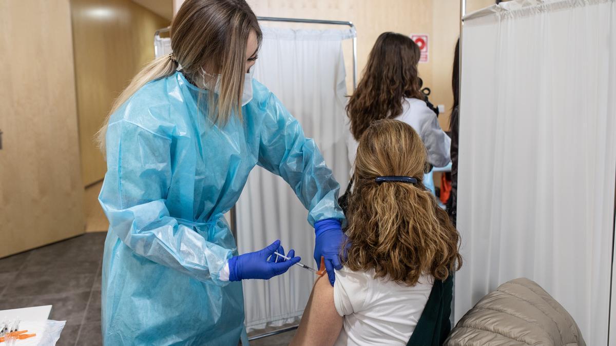 Vacunación de profesores, en el Centro de Vacunación del Teatro Ramos Carrión