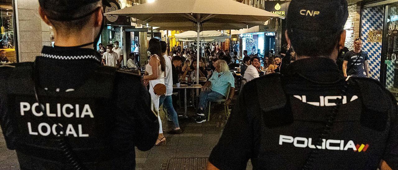 Controles en la calle Castaños de Alicante el último día del anterior toque de queda por el estado de alarma. | HÉCTOR FUENTES