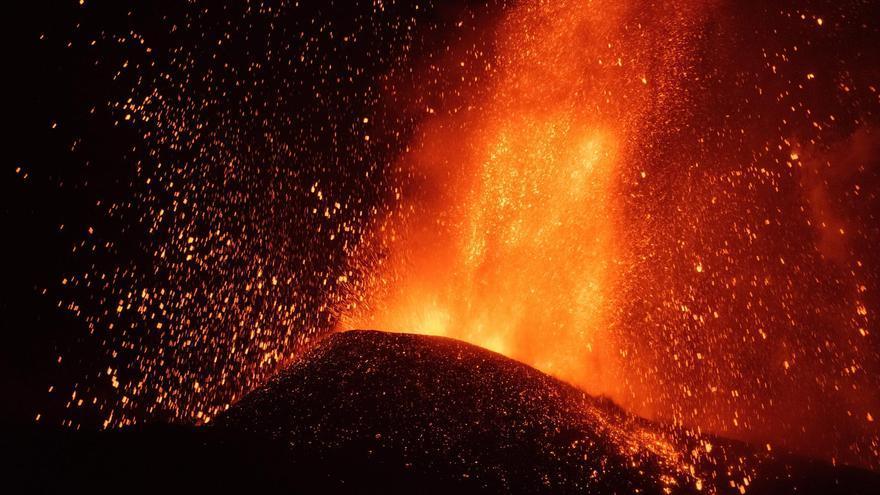 L'erupció del volcà de La Palma continua amb fases més explosives