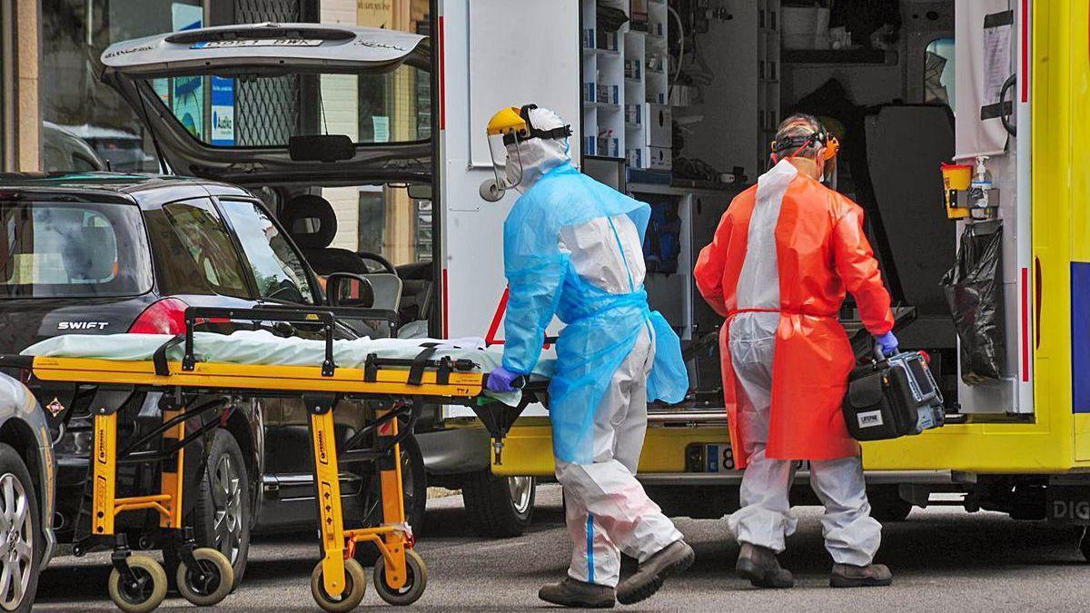 La ambulancia medicalizada del 061 regresa este martes a su base en el Hospital do Salnés.