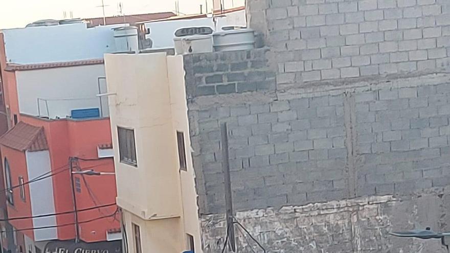 Un okupa amenaza a policías al evitar que entrara a una casa de Vecindario