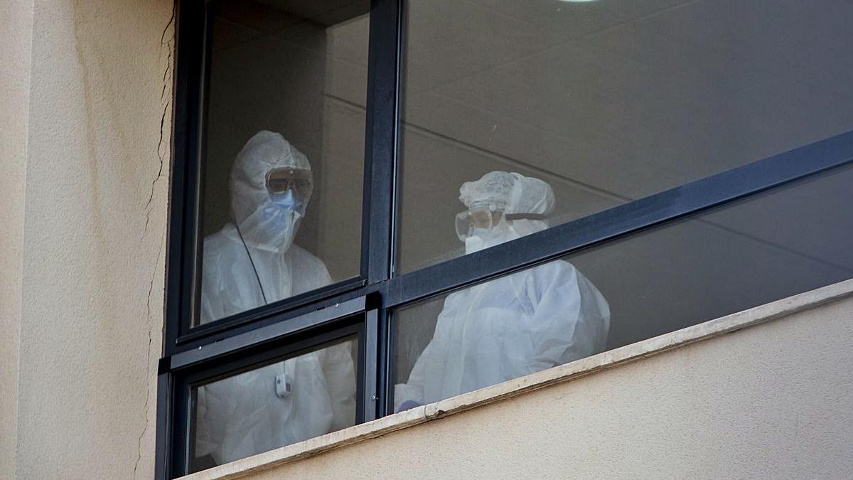 Personal con equipos de protección en una residencia de Llíria con al menos seis fallecidos. | GERMÁN CABALLERO