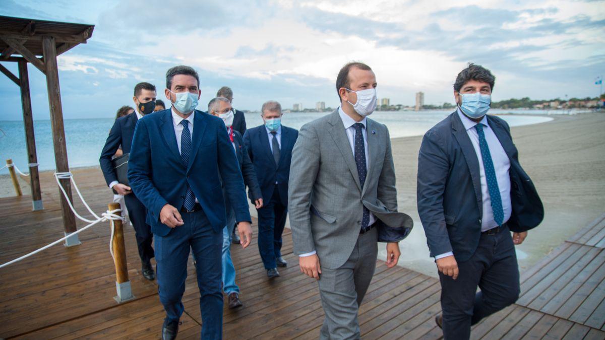 Imagen de la visita del comisario europeo a San Pedro, esta mañana. / IVÁN URQUÍZAR