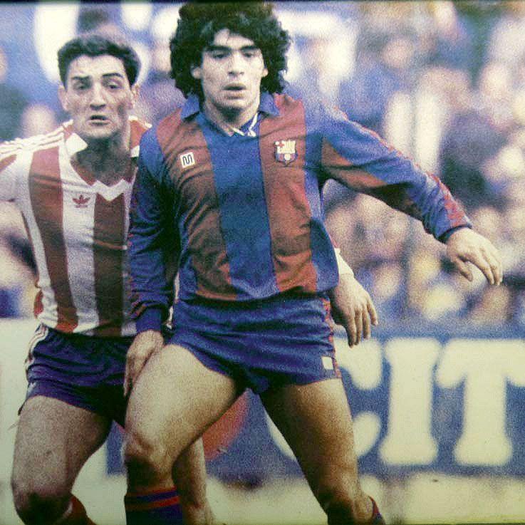 Maradona, con el Barcelona, defendido por Espinosa, del Sporting 2.jpg