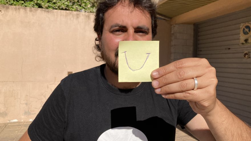 El psicòleg Oriol Turró posa humor al seu rostre amb el dibuix d'un somriure al Post-it