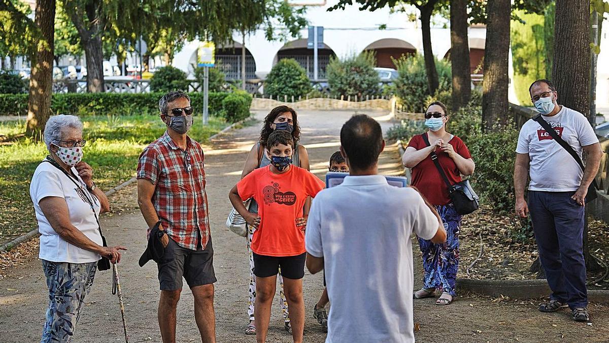 David López mostrant als assistents imatges dels inicis del barri durant la visita.   MARC MARTÍ