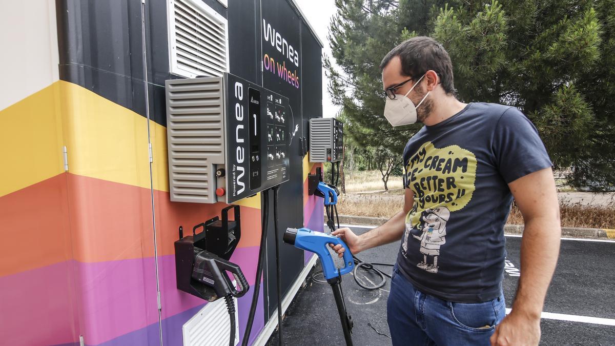 Bruno Pérez, ingeniero de telecomunicaciones, junto al WOW. Puede reponer las baterías de hasta tres vehículos al mismo tiempo.