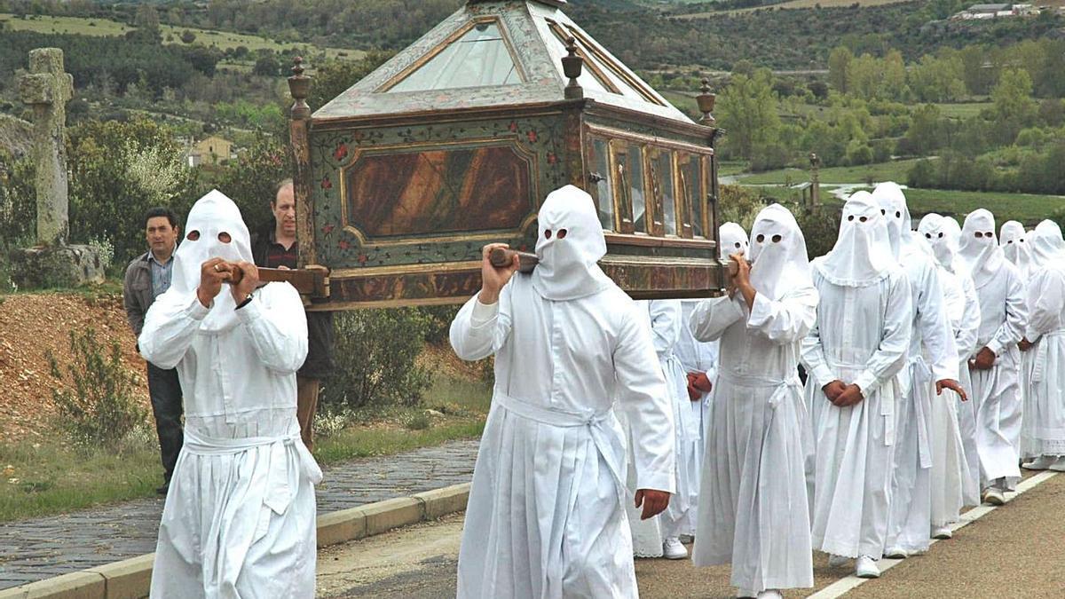 Procesión del Santo Entierro de Viernes Santo de Bercianos, con la indumentaria de lino blanco.   Ch. S.