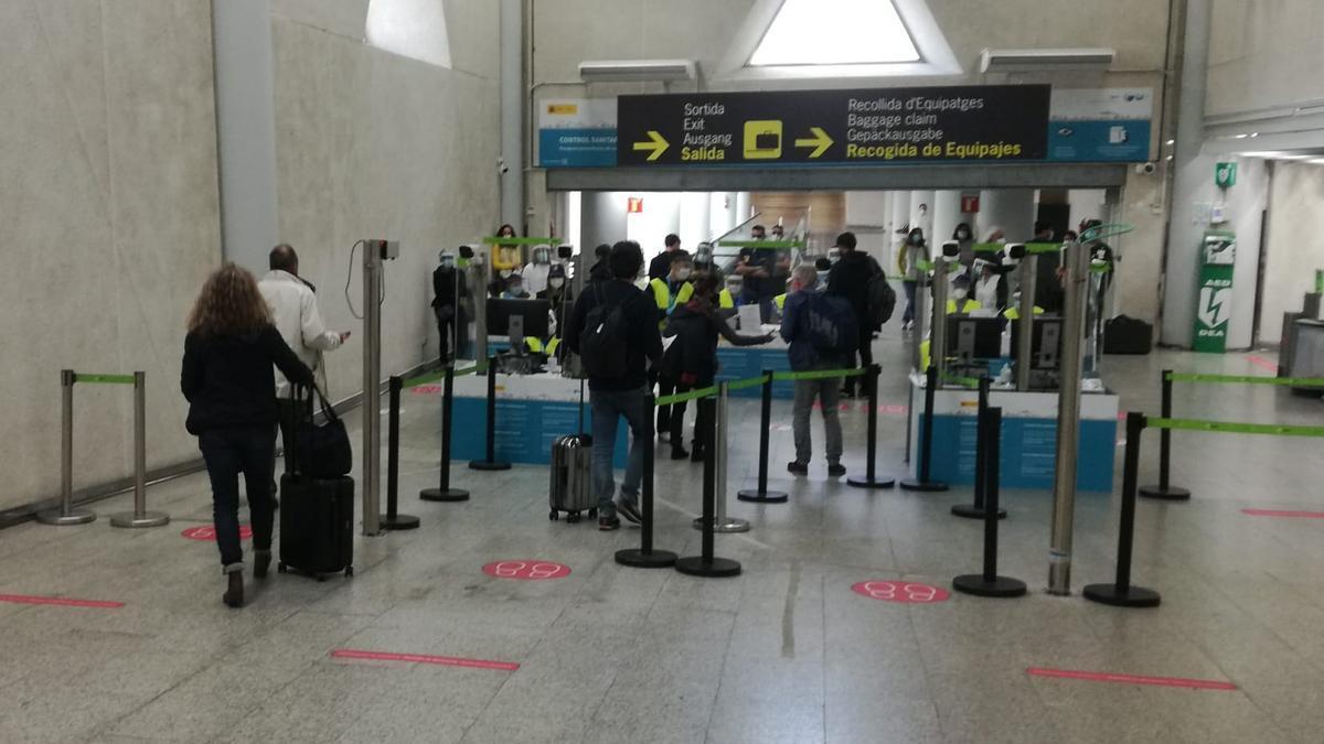 Pasajeros internacionales en el aeropuerto de Palma en el control sanitario