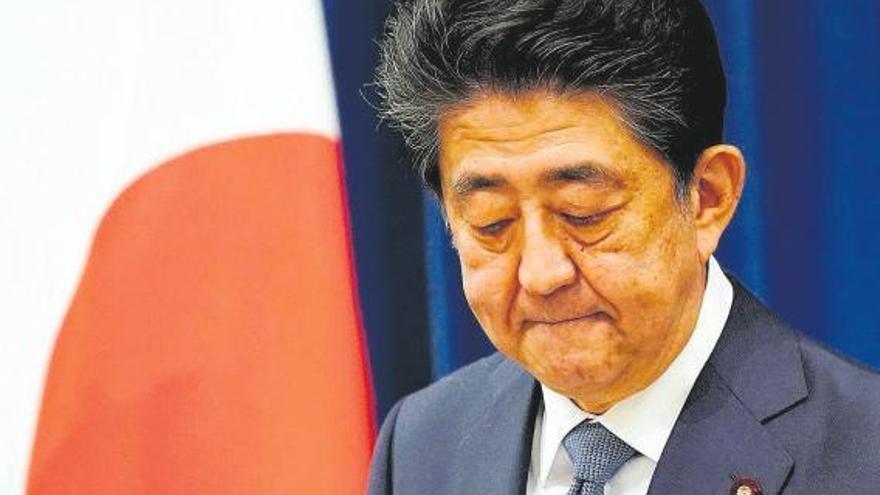 Abe dimite en plena crisis económica por el Covid-19