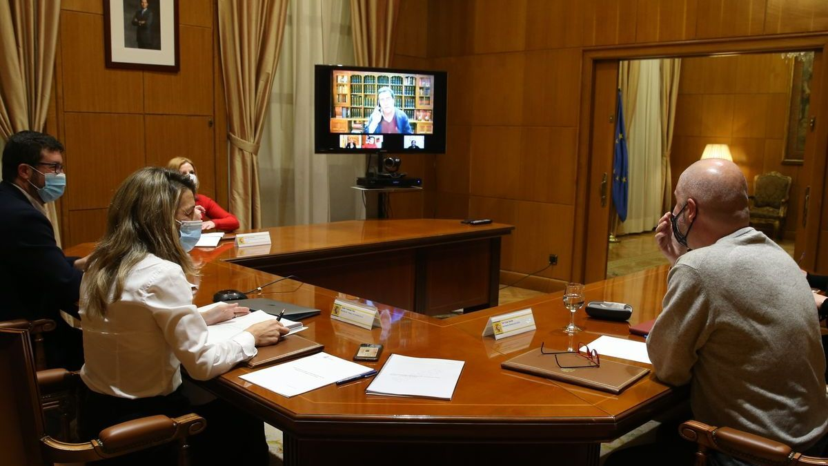 La ministra de Trabajo, Yolanda Díaz, reunida semi presencialmente con los líderes patronales y sindicales.