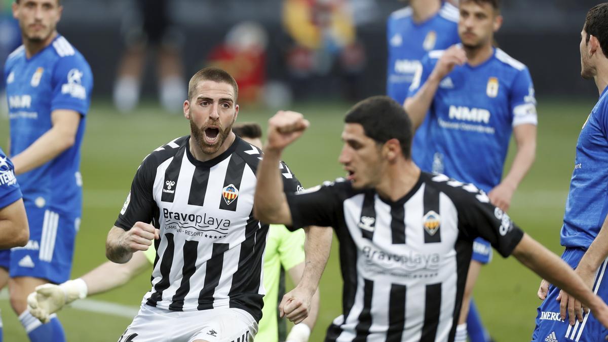 Gálvez y Bodiger celebran el tanto del Castellón marcado ante el Oviedo en Castalia.