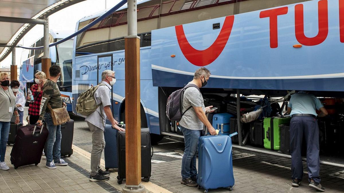 Un gran percentatge dels turistes britànics viatgen a través de turoperadors. | HOSTELTUR
