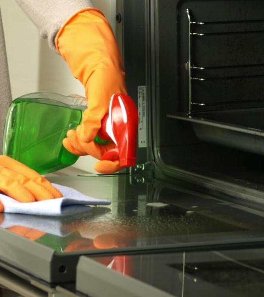 El jabón que arrasa en el súper para limpiar la campana de la cocina y el horno en pocos minutos