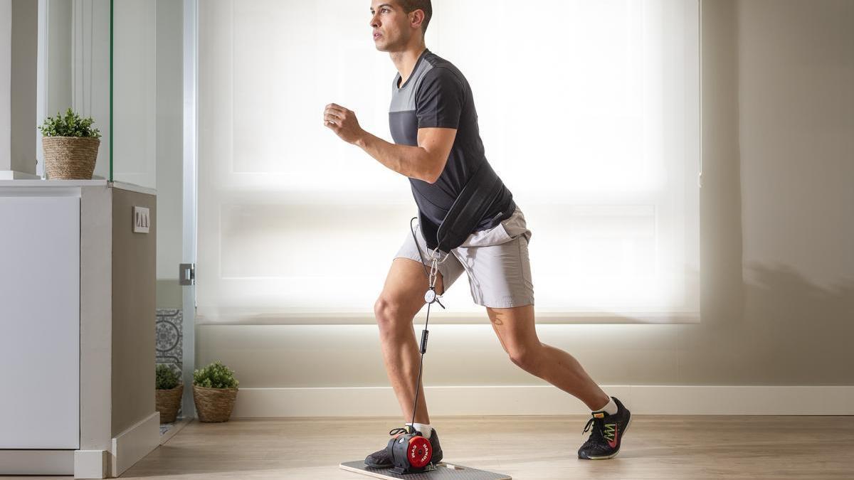 Un deportista se ejercita con el Handy Gym. // FdV