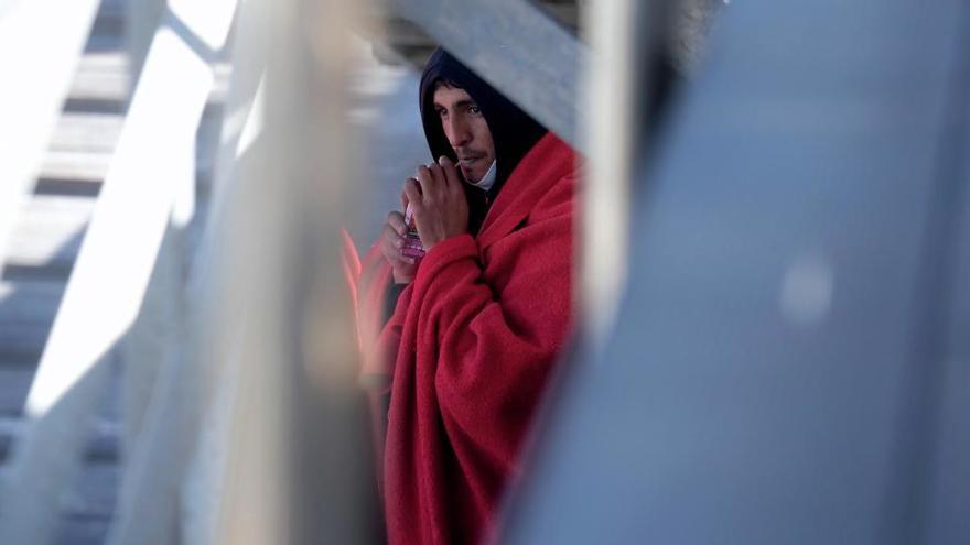 Rescatan a tres inmigrantes que cruzaban el Estrecho en un pequeño kayak