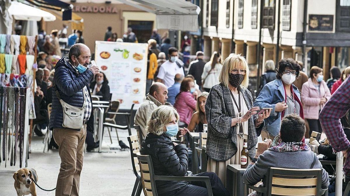 Ambiente en las terrazas de los bares de la zona del Fontán, en Oviedo, después del mediodía de ayer.
