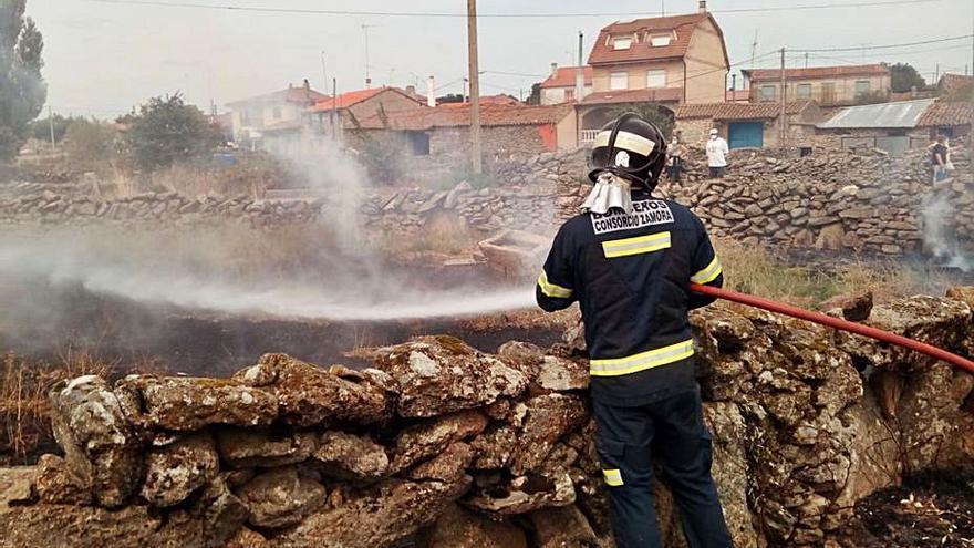Sofocado el incendio urbano de Villar del Buey