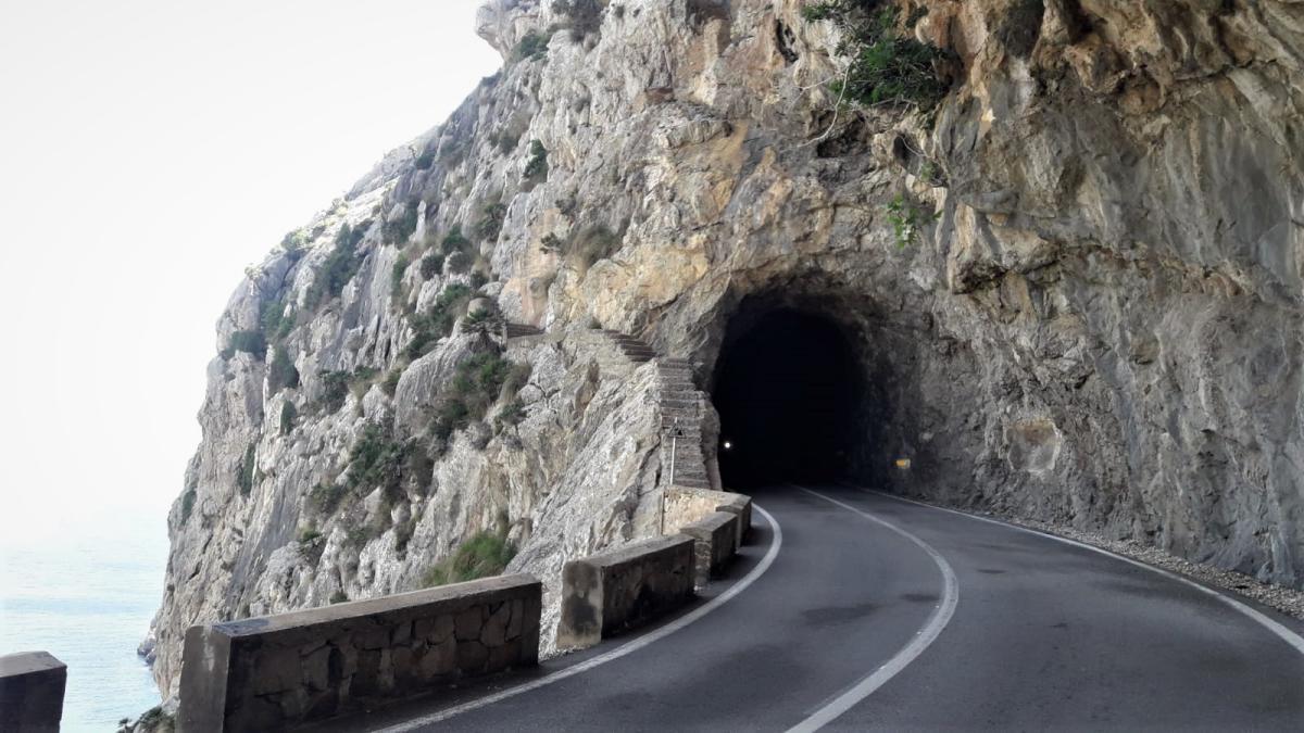 Imagen de una de las bocas de entrada al túnel del Puig Fumat, en Formentor.