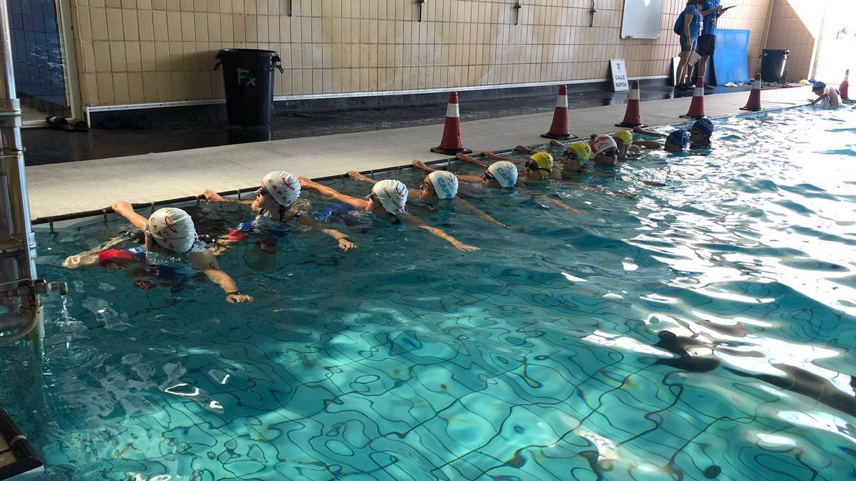 Participantes en la piscina del polideportivo Tomás de la Hera.