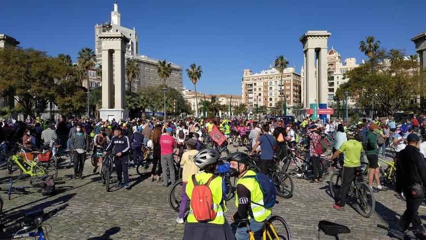 """Miles de ciclistas piden  """"red de carriles bici segura y segregada"""" en Málaga"""