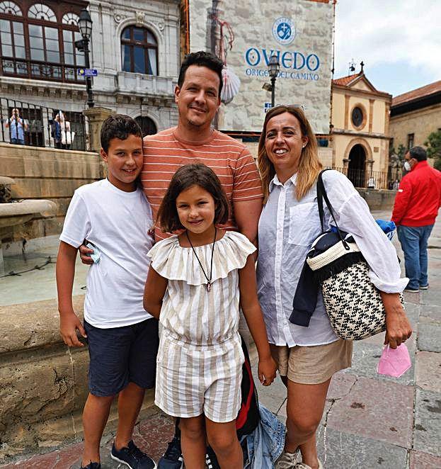 Álvaro Parra e Isabel Nieto, con sus hijos,  Álvaro y Cayetana. | Luisma Murias