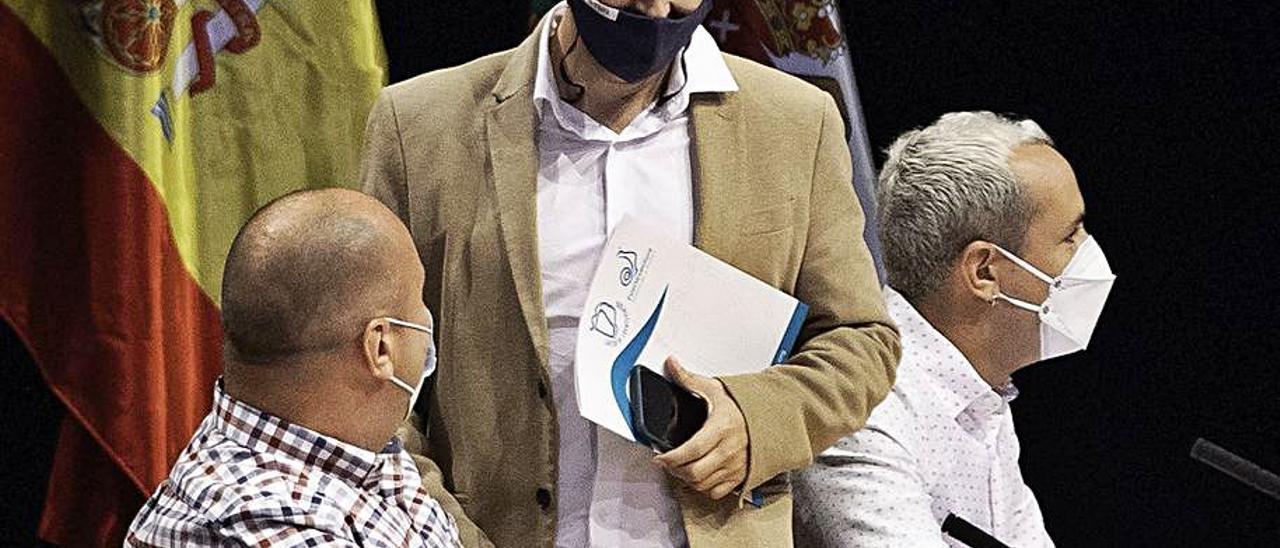 Alejandro Jorge dialoga con Sergio Lloret tras finalizar un pleno en el Cabildo majorero.     FUSELLI